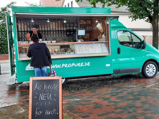 Neu auf dem Lohner Wochenmarkt: Heidrun Plümer mit ihrem Unverpackt-Mobil. Foto: Klapproth