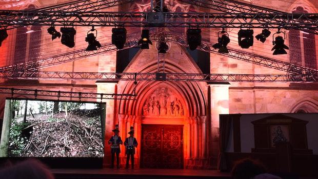 St. Viktors Hauptportal wird in Rot getaucht