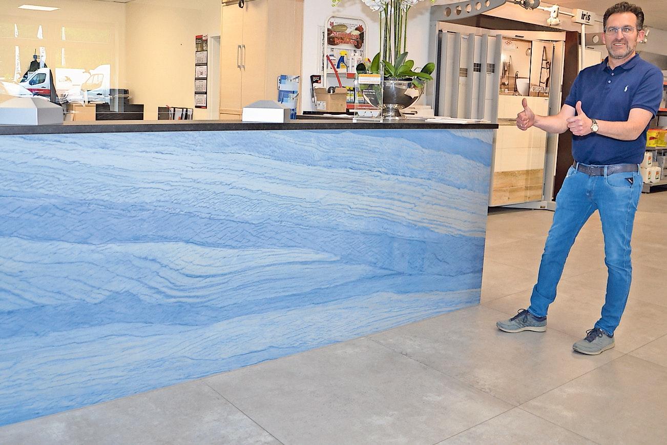 Drei Quadratmeter am Stück: Die riesige Fliese aus nur sechs Millimeter dicker Keramik hat Kai Wilhelm in seiner Austellung verbaut. Formate dieser Art sollen nur von ausgebildeten Fachkräften verarbeitet werden. Foto: Bernd Götting