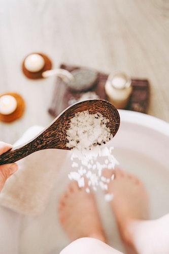 Ist die Zeit knapp, wirkt ein Fußbad ungemein belebend. Foto: djdVerband der Kali- und SalzindustrieGetty ImagesHelin Loik-Tomson