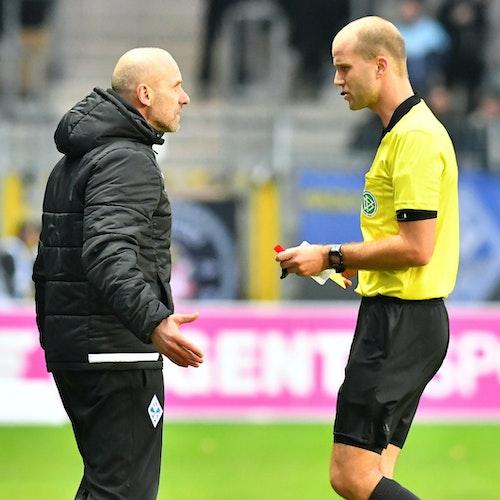 Zwiegespräch: Franz Bokop (rechts) und Mannheims Trainer Bernhard Trares. Foto: nphFabisch