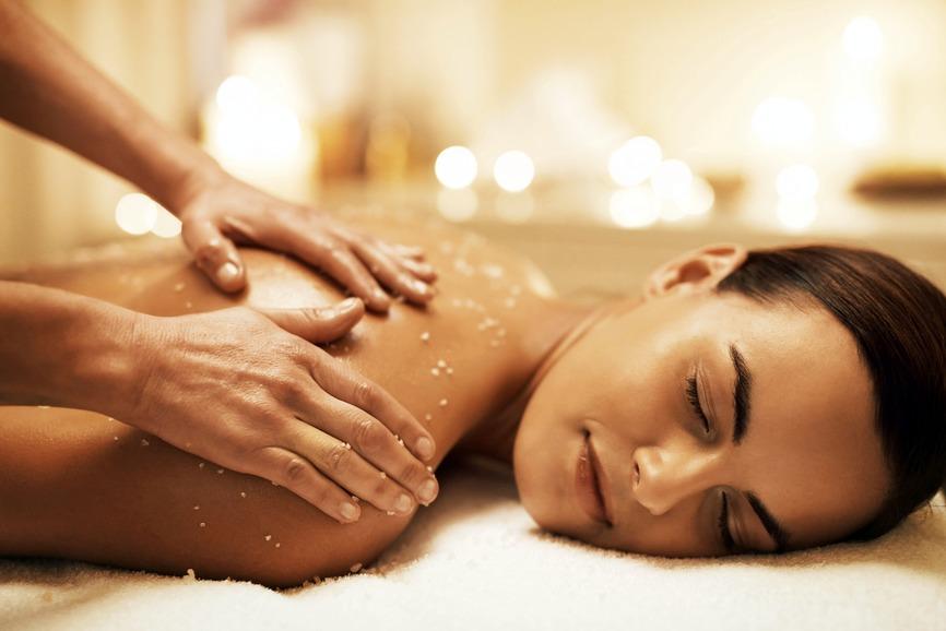 Ein Salzpeeling mit Öl kann wunderbar für eine belebende und reinigende Massage genutzt werden. Foto: djd/Verband der Kali- und Salzindustrie/Getty Images/Jay Yuno