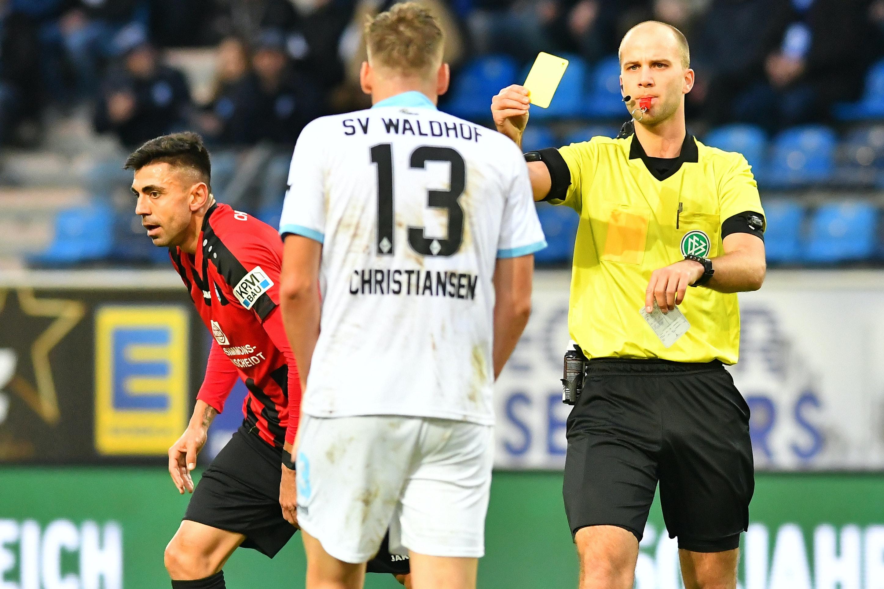 Einsatz in der 3. Liga: Schiedsrichter Franz Bokop zeigt dem Mannheimer Max Christiansen im Spiel gegen den Chemnitzer FC die Gelbe Karte. Das war noch vor Corona. Foto: nph/Fabisch