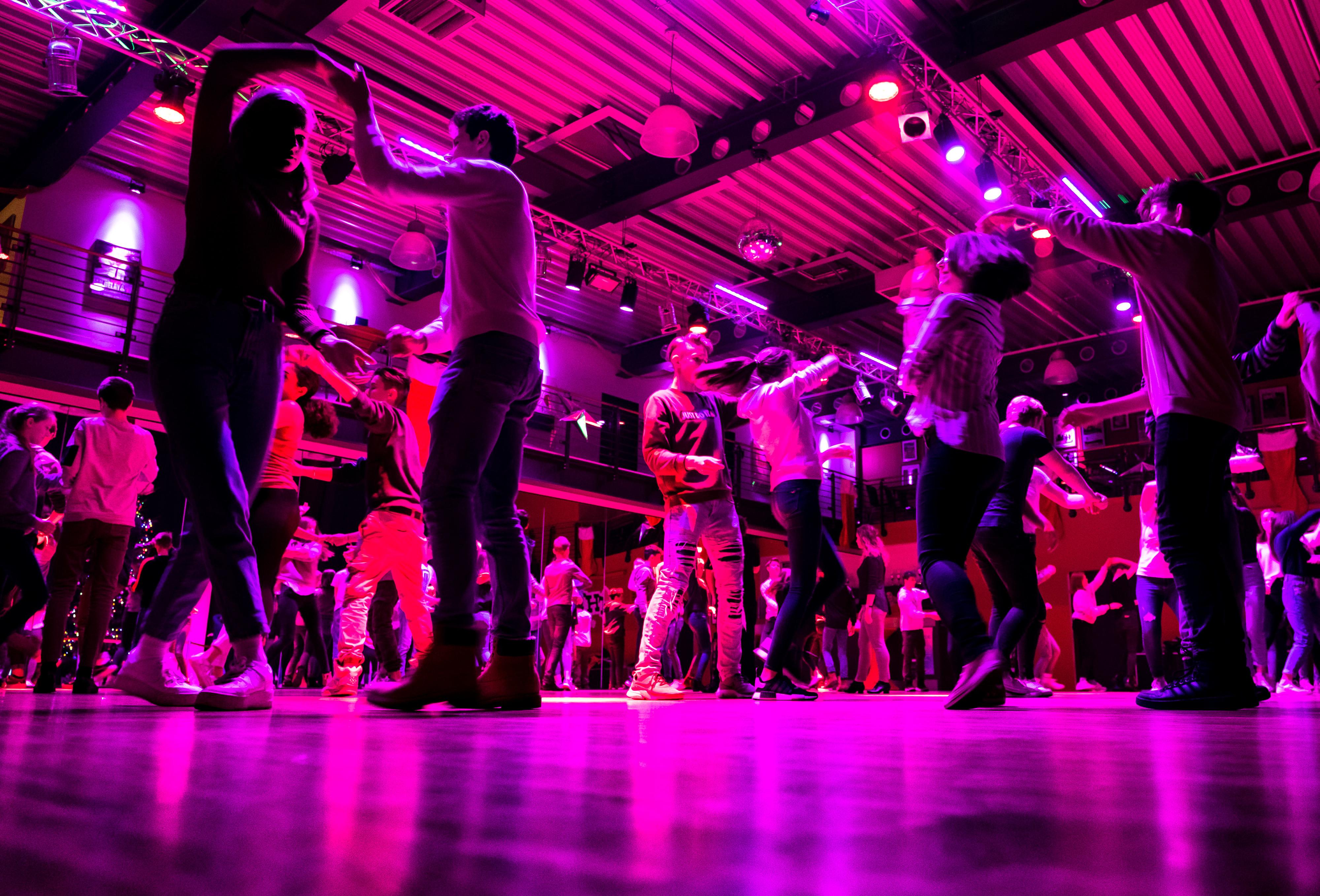 """""""Damenwahl"""" verboten: Weil Partnerwechsel auf dem Parkett nicht gestattet sind, fallen zurzeit alle Anfängerkurse der Tanzschulen für die Jugendlichen aus. Der Verlust ist nicht wettzumachen. Foto: Peter Steffen/dpa"""