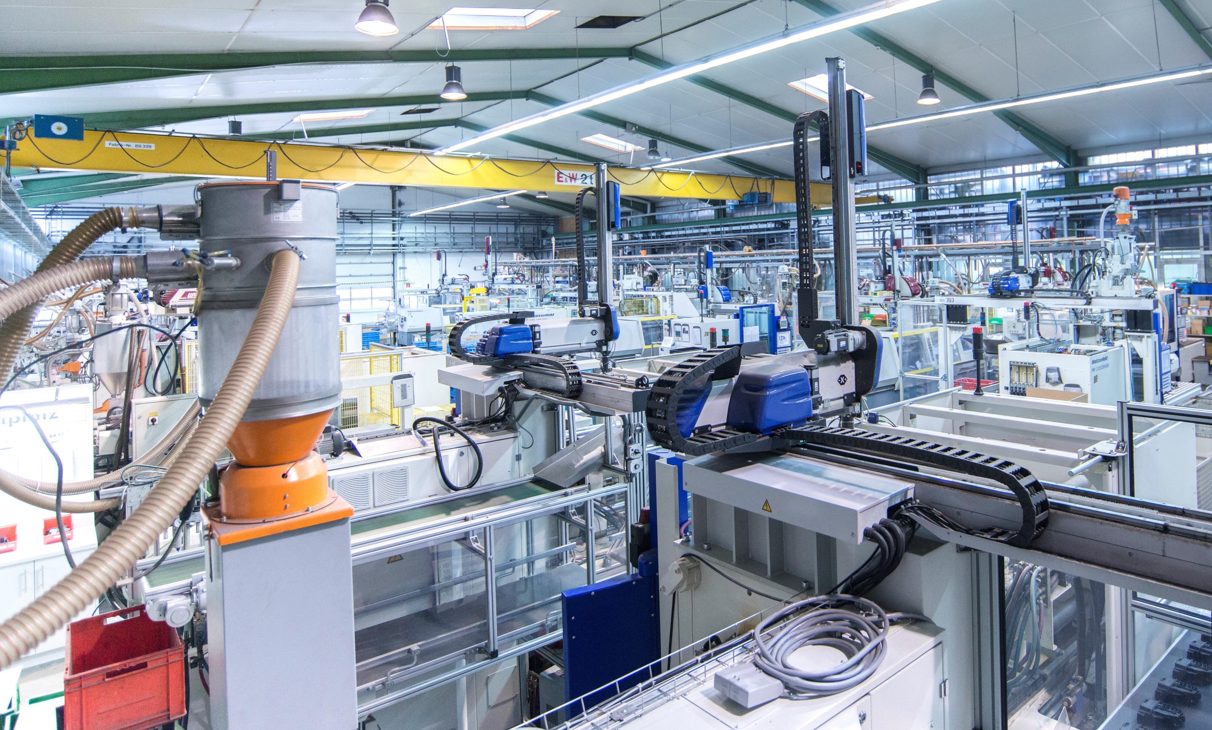 Blick in die Produktion: In der Halle 1 in Steinfeld werden im Spritzgussverfahren Automobilteile hergestellt. Foto: Müller