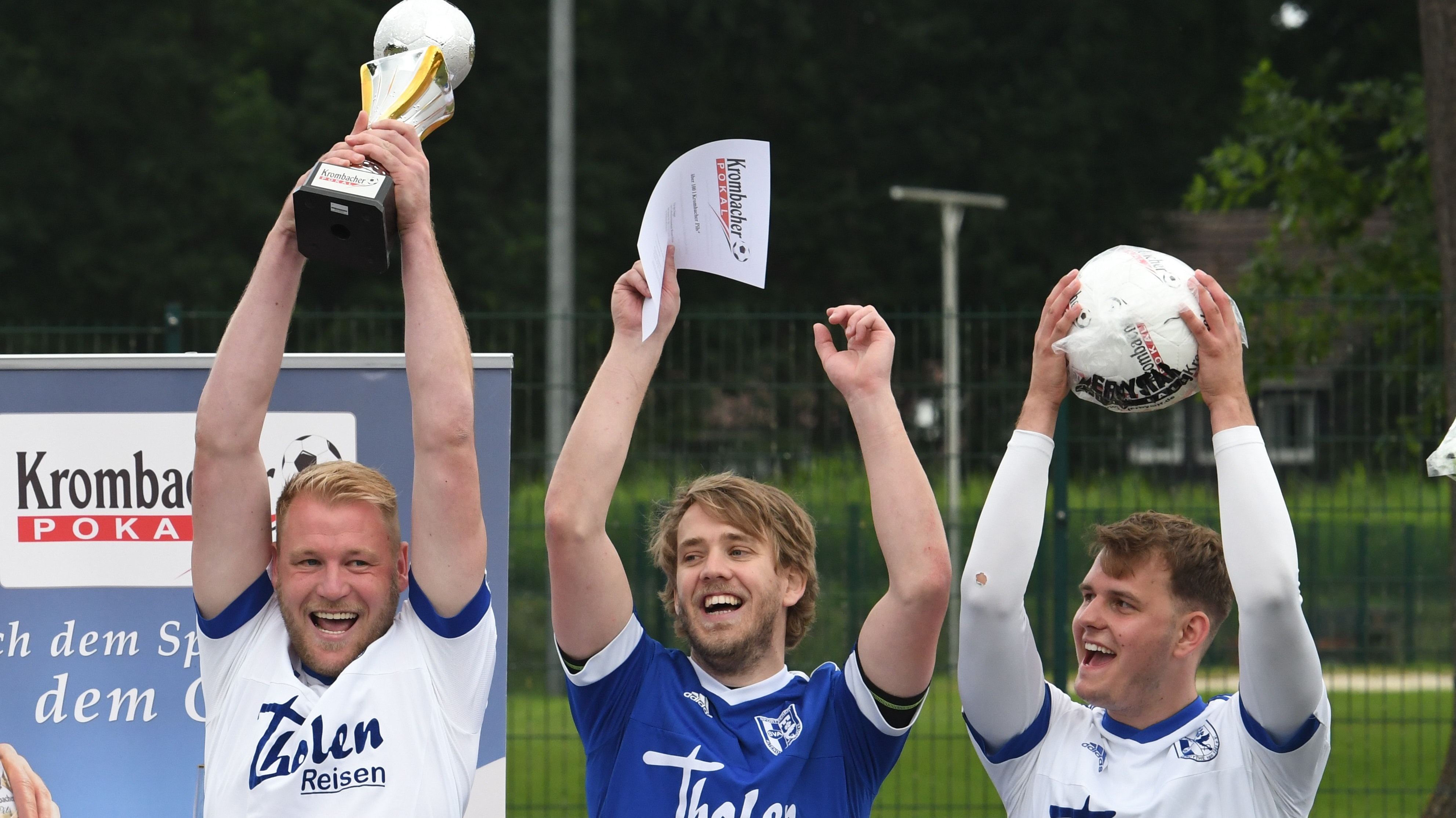 So sehen Sieger aus: (von links) Stefan Brünemeyer, Joscha Wittstruck und Jan-Philipp Plaggenborg vom SV Altenoythe. Foto: Wulfers