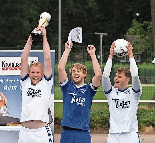 So sehen Sieger aus: Stefan Brünemeyer (von links), Joscha Wittstruck und Jan-Philipp Plaggenborg jubeln bei der Siegerehrung. Foto: Wulfers