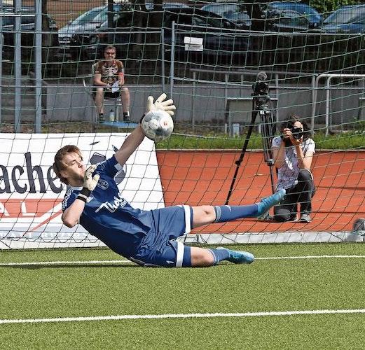 Held des Tages: Altenoythes Keeper Joscha Wittstruck erwischte in der Sportschule Lastrup einen Sahnetag. Foto: Wulfers