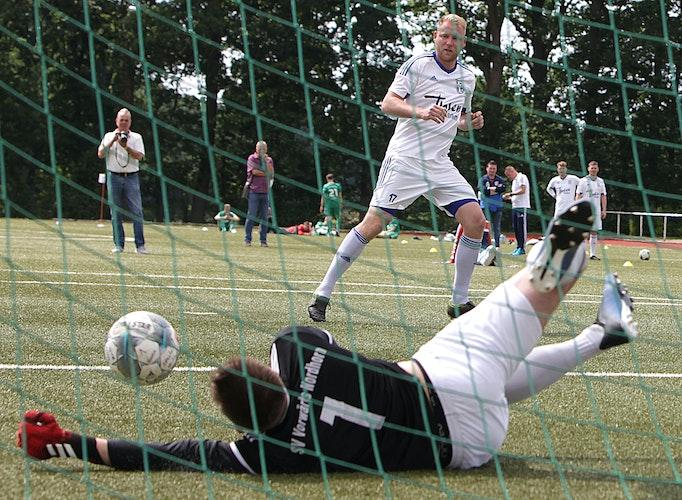 Rein, das Ding! Die Kicker des SV Altenoyhte haben das Elfmeterschießen um den Bezirkspokal gewonnen. Foto: Schikora