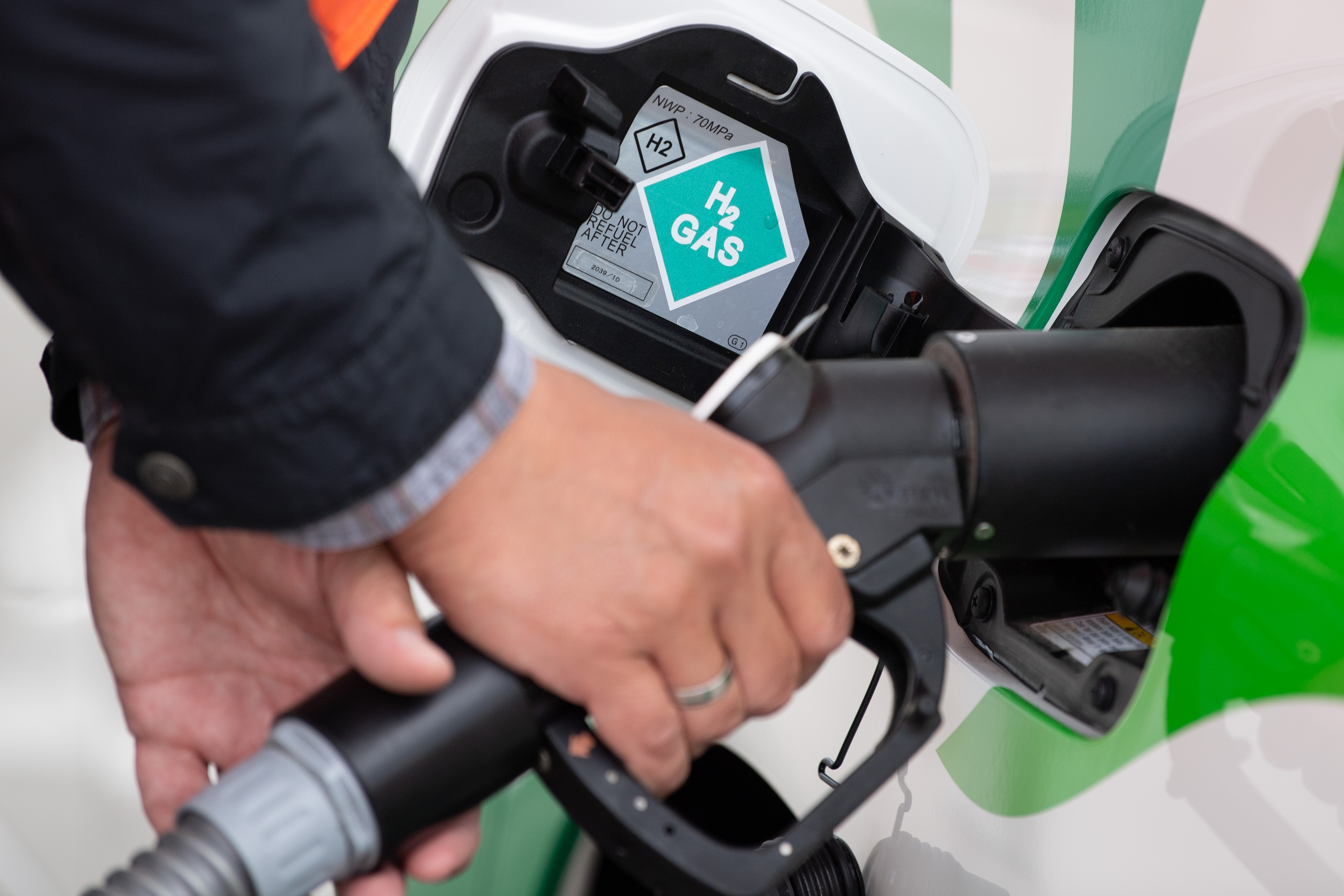 Tanken an einer Wasserstoff-Tankstelle: Ein Tankvorgang soll nicht wesentlich länger dauern, als es die Fahrer eines Diesel- oder Benzin-Pkw bislang gewohnt sind. Foto: dpa / Kahnert