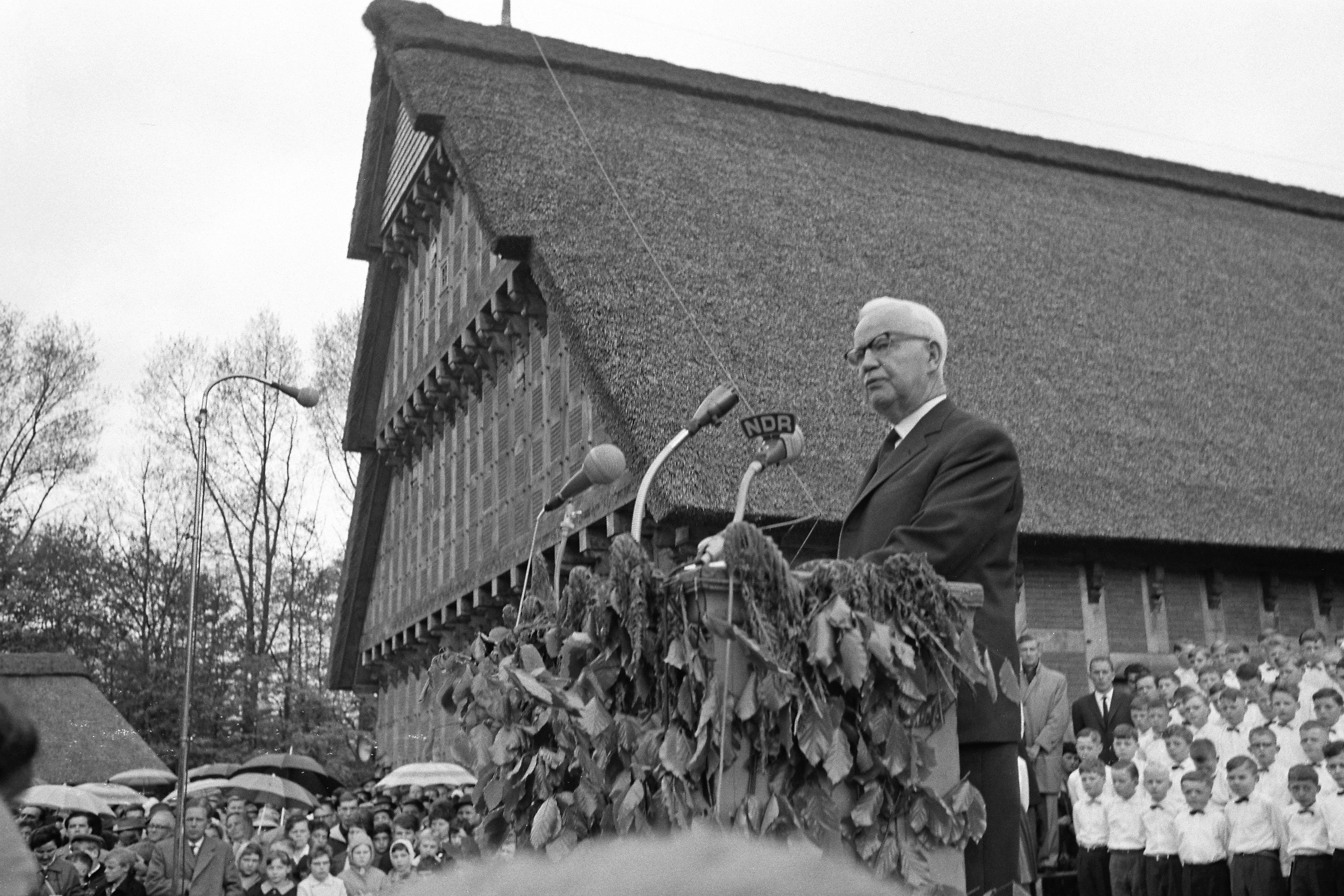 <strong>Ein hoher Gast im Museumsdorf:</strong> Bundespräsident Lübke hält hier am 15. Mai 1962 eine Rede. Das Zurborg-Foto erschien als Titelbild 3./4. Nummer der Heimatblätter des Jahres 1962.