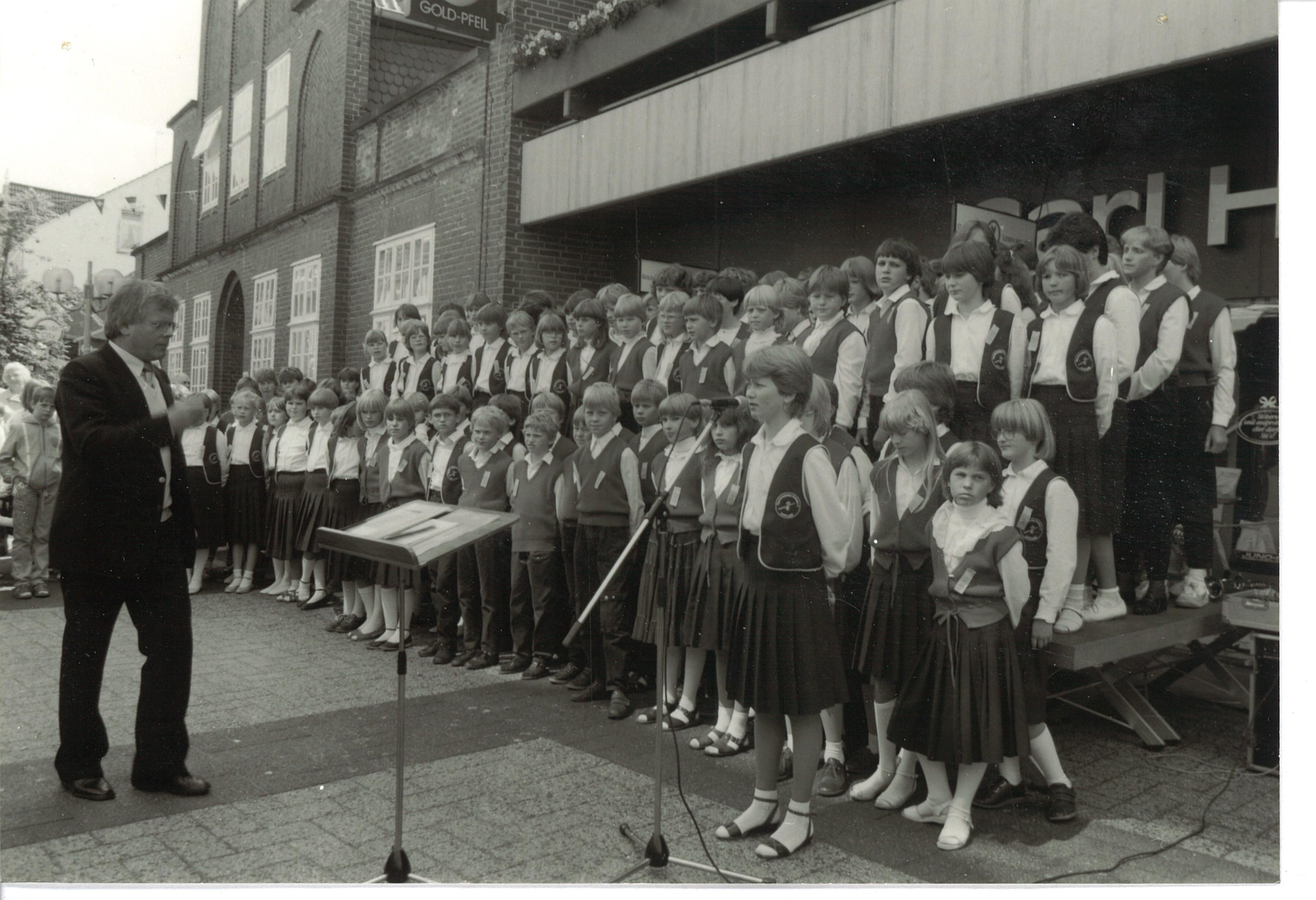 Der Gründer und sein Ensemble: Werner Speckmann leitete jahrzehntelang den Kinderchor der Musikschule Romberg. Foto: Musikschule Romberg