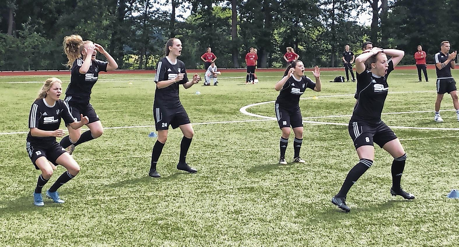 Zum Verzweifeln: Leonie Wiese (von links), Jessica Müller, Laura Koopmann, Ulrike Kleyer, Marie Moorkamp und Trainer Sascha Anneken ärgern sich über einen Treffer des Gegners. Foto: Bettenstaedt