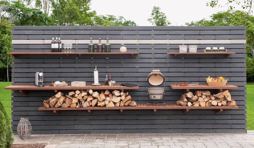 So macht Outdoorkochen Spaß: Regale bieten Platz nicht nur für Dekorationen, sondern auch für den Grill sowie für Saucen, Besteck, Gläser und Co. (Foto: eprMarlux)