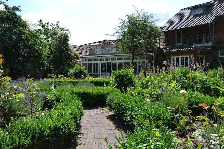 Idyllisch: Der Hof bietet den Künstlern auch einen großen Garten.