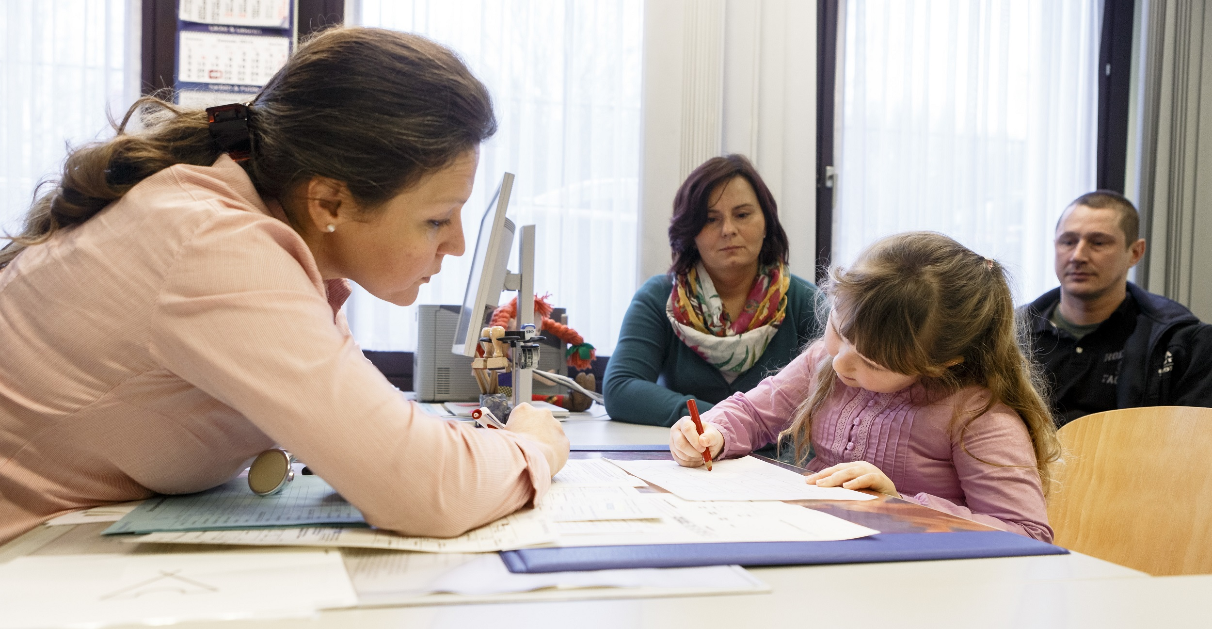 Entwicklung im Blick: Die Schuleingangsuntersuchung. Foto: dpa / Scholz
