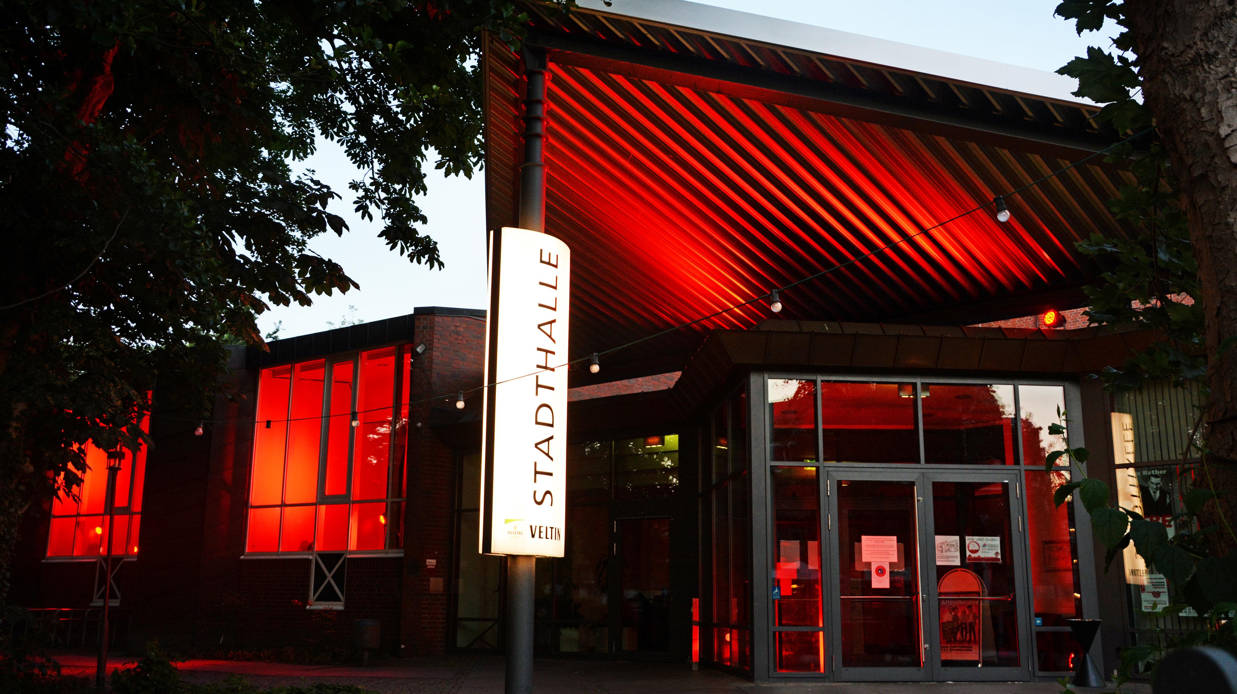 """Rot illuminiert: Die Stadthalle Cloppenburg hat sich an der bundesweiten Aktion """"Night of Light"""" beteiligt. Foto: Hermes"""