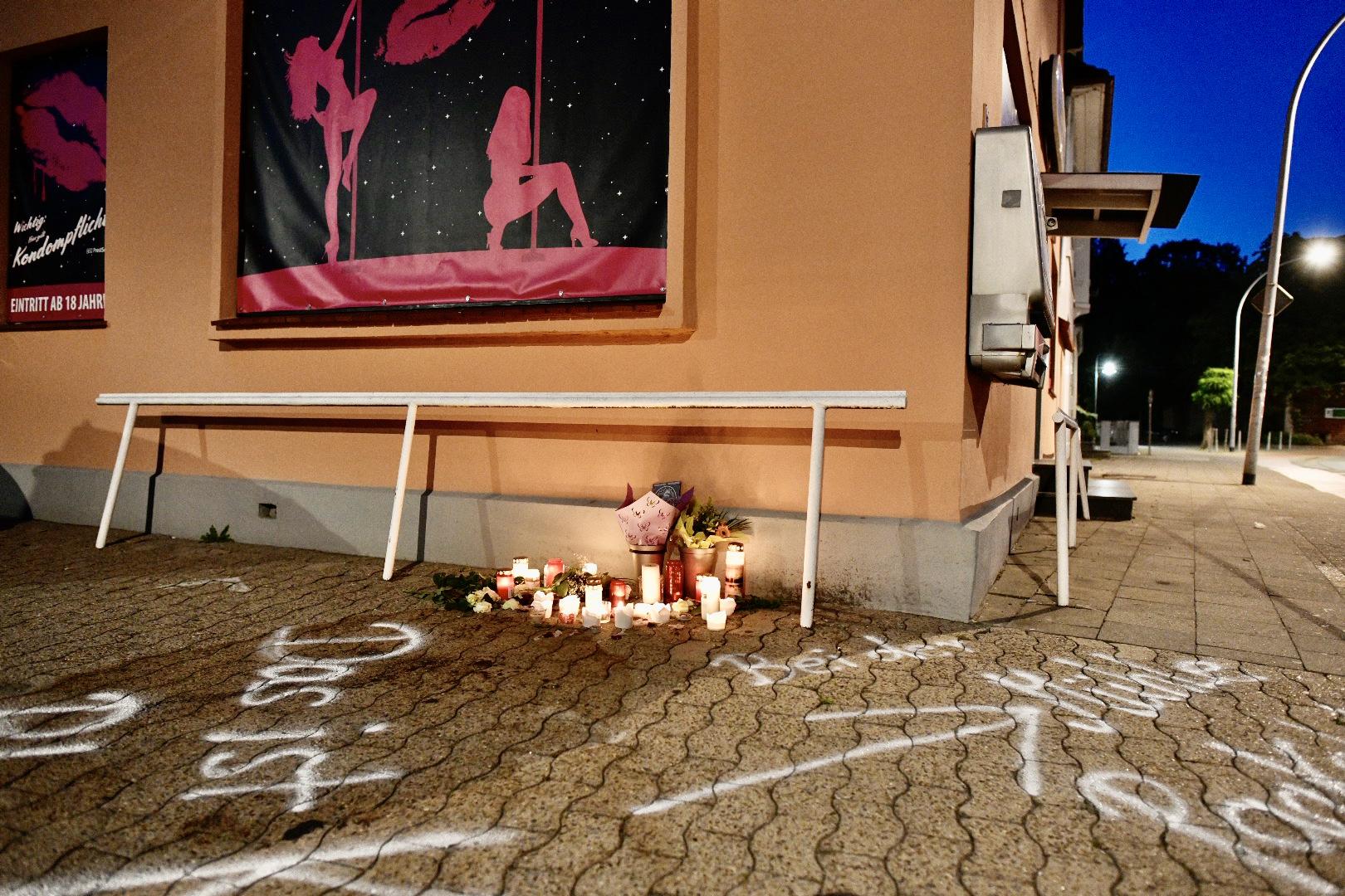 Kerzen an der Bremer Straße: Tatsächlich war der Tatort weiter bei der Mühle. Foto: M. Niehues
