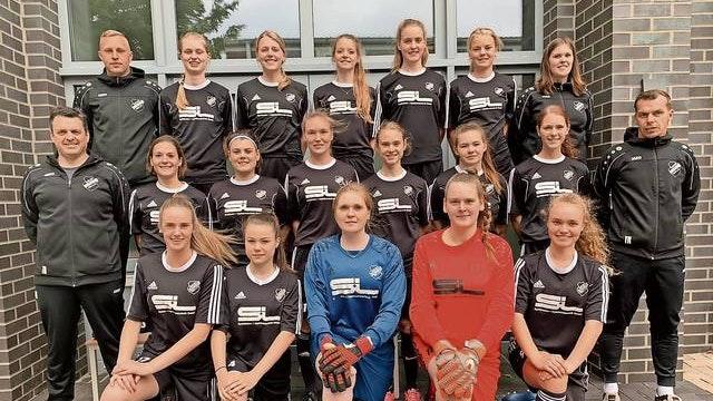 Starkes Team: Die von Sascha Anneken (rechts) und Stefan Niedrich trainierte Frauenmannschaft der DJK Bunnen gehen auch in der neuen Spielzeit 2020/21 in der Landesliga auf Punktejagd. Foto: DJK Bunnen