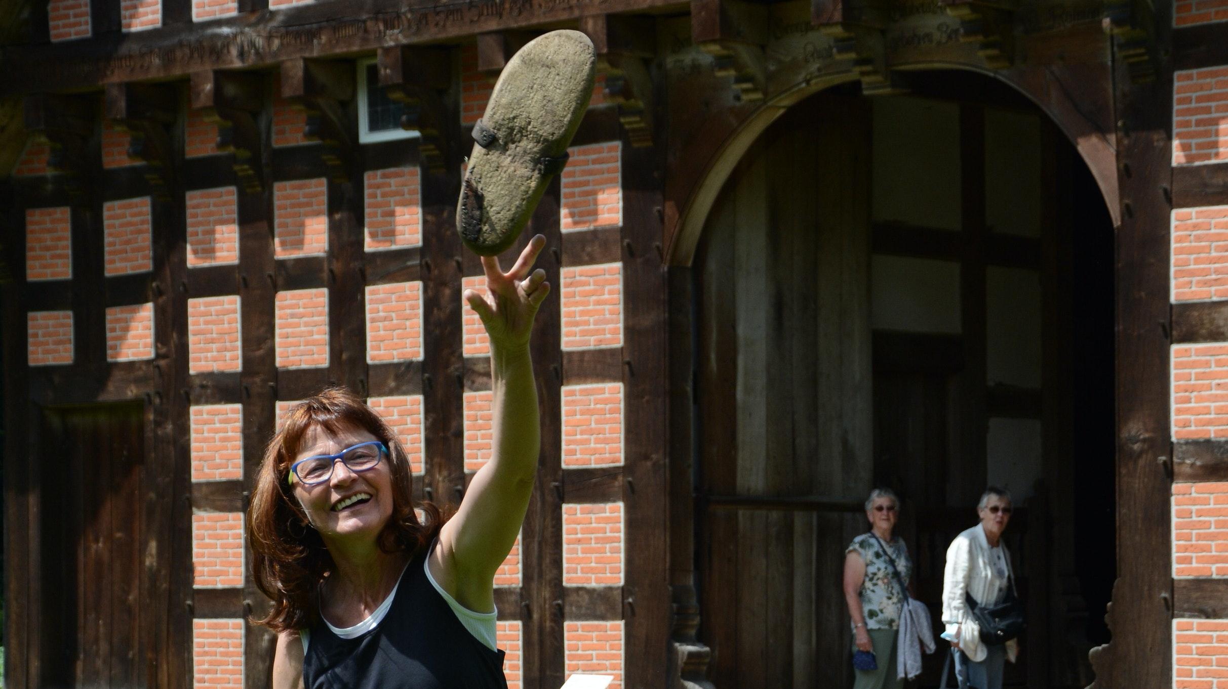 Neues Angebot: Museumspädagogin Maria Thien zeigt mit ihren Kolleginnen verschiedene Aktionen aus der füheren Alltagskultur, unter anderem Spiele wie das Holzschuhwerfen. Foto: Hermes
