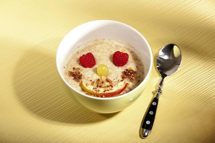 Beliebt: Selbst kleine Frühstücksmuffel können Porridge oft nicht widerstehen. Foto: djdJentschura International