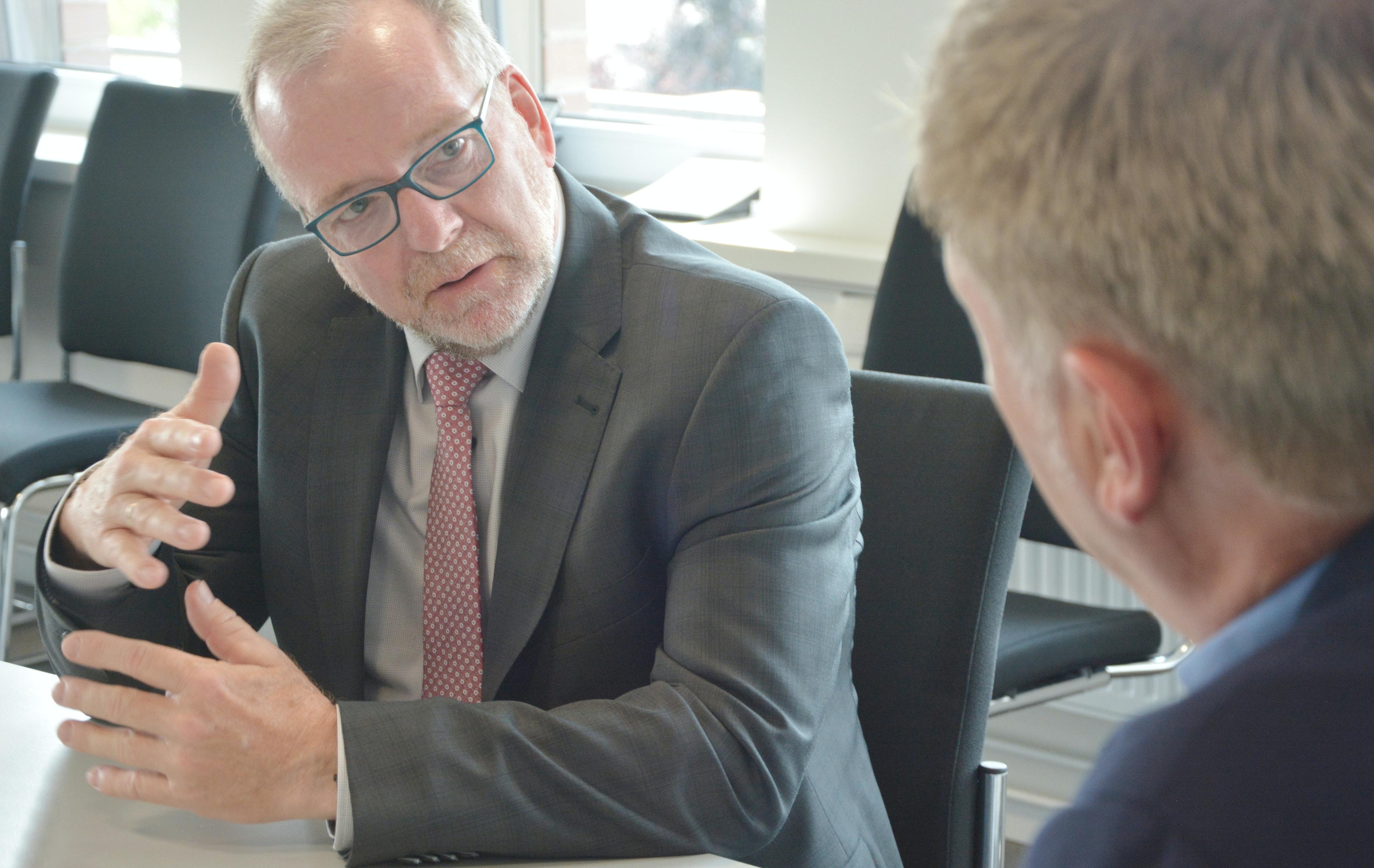 Bestätigt eine Verstärkung der Polizeipräsenz: Polizeipräsident Johann Kühme (links) im Gespräch mit Chefredakteur Julius Höffmann. Foto: Hermes