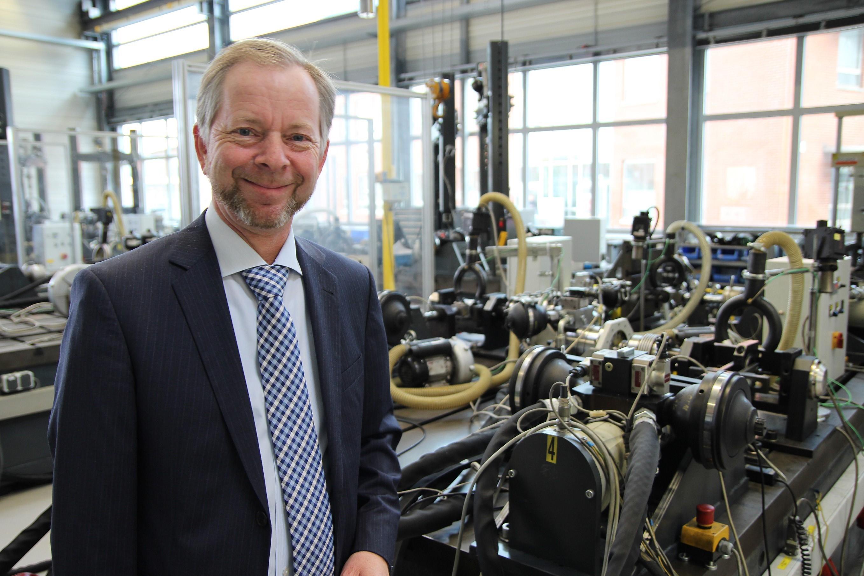Krisenmanager: Dr. Torsten Bremer hat im Moment wenig Grund zu lächeln. Die Fakten, die er über den Stand der Dinge beim Automobilzulieferer BOGE mitteilt, geben für kurzfristigen Optimismus keinen Anlass. Foto: Witkows