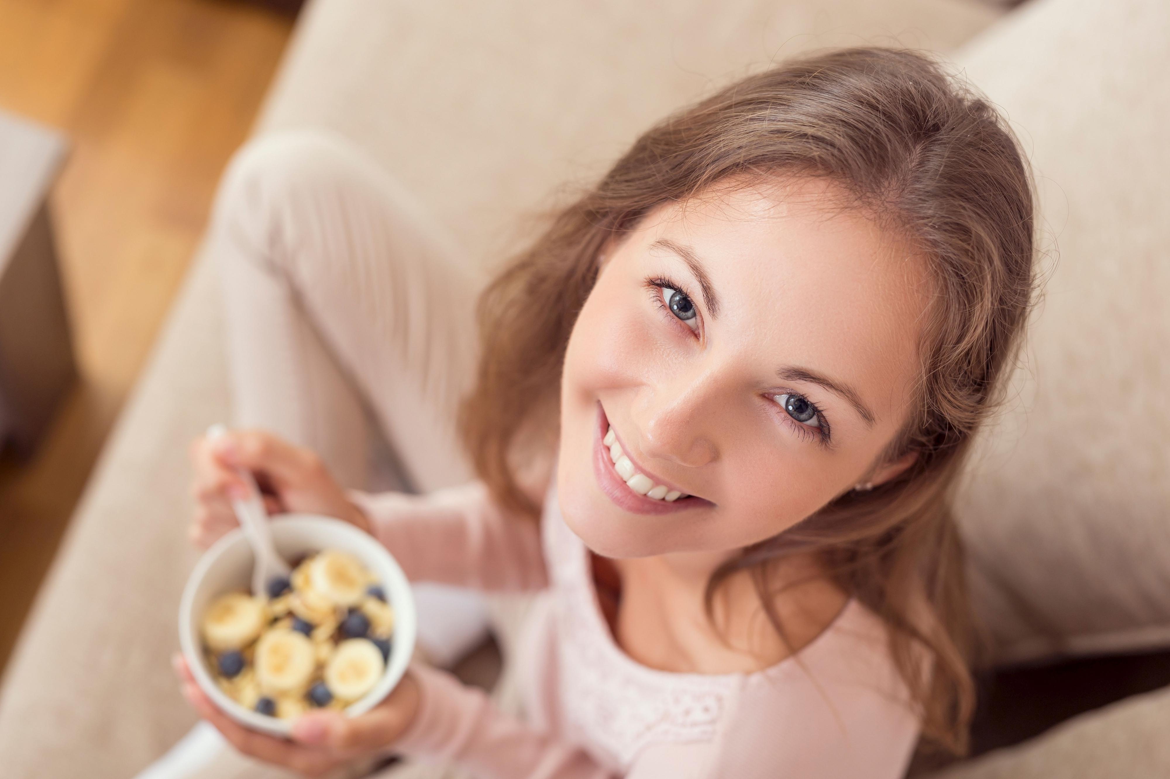Trend: Porridge sättigt, ist kalorienarm und wird durch Obst, Zimt oder Nüsse zum Lieblingsfrühstück. Foto: djd/Jentschura International/Impact Photography - shutterstock