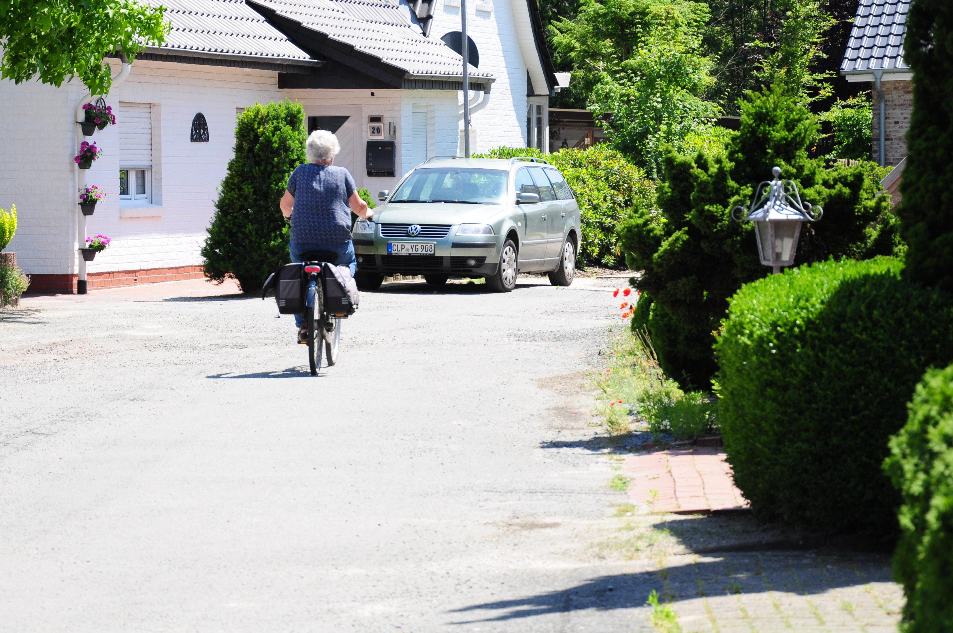 """Noch nie bezahlt: Die kleine, provisorische Sackgasse an der Höltinghauser Straße sieht aus wie eine Straße, ist aber noch nie """"endgültig hergestellt"""" worden, wie es im Satzungsrecht heißt. Foto: Kreke"""