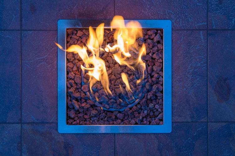 Gasbetriebenes Feuer verbrennt ohne nennenswerten Feinstaub.brFoto: djdDeutscher Verband FlüssiggasThe Hidden Touch - stock.adobe.com