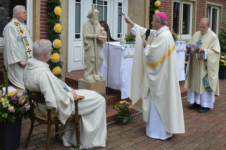 Bischof Wilfried Theising weihte neben dem Grundstein des Pfarrsaals auch die neue Statue des Heiligen Johannes. Foto: Landwehr