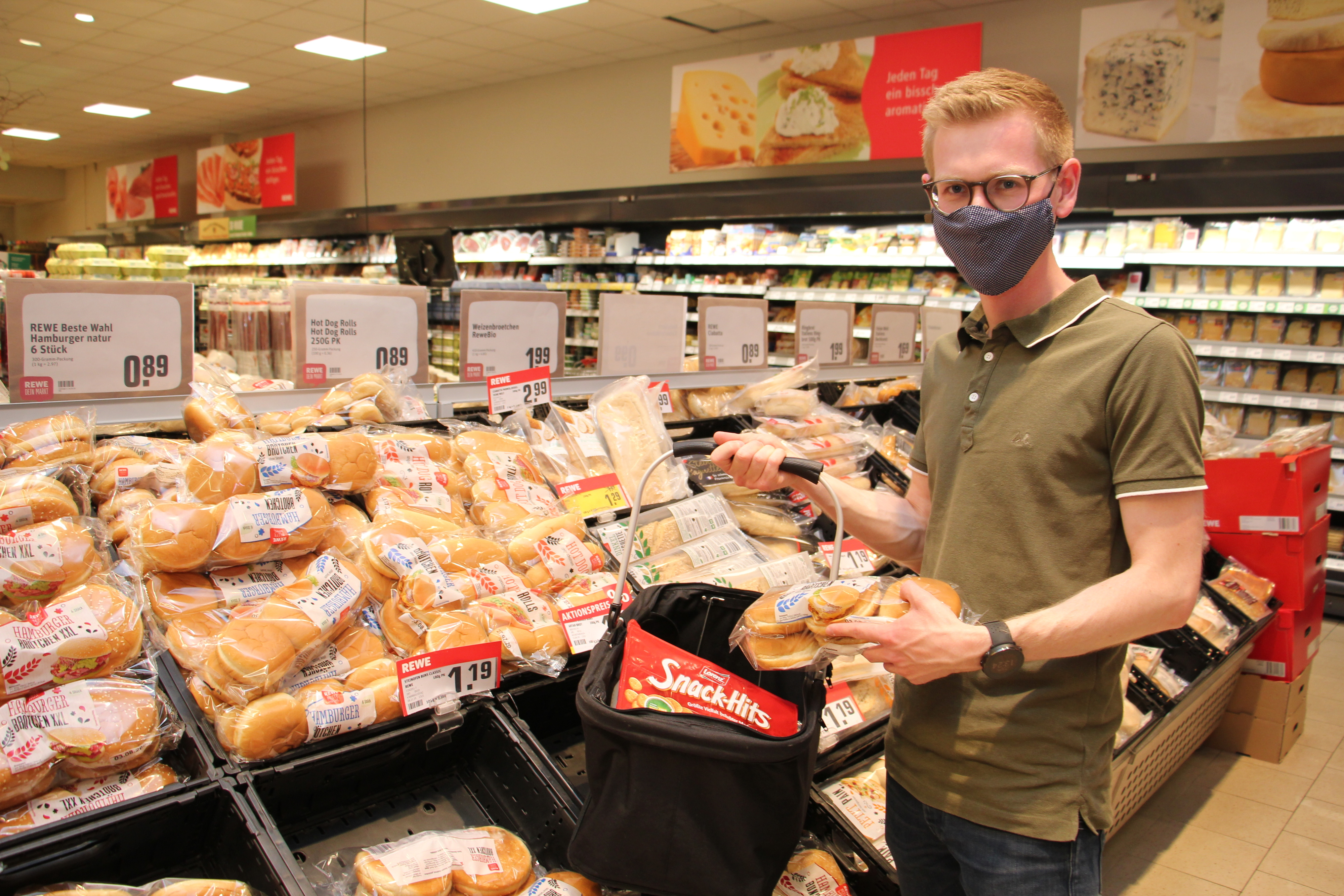Einkauf für ältere und vorerkrankte Mitbürger: Matthias Möller, Vorsitzender der Jungen Union im Landkreis Vechta, freut sich über das Engagement der vielen Helfer. Foto: Speckmann