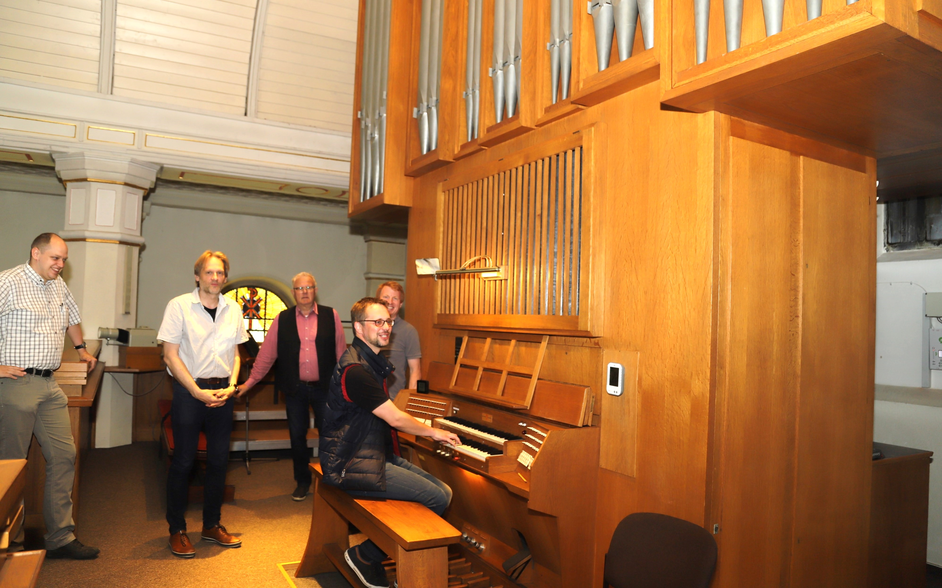 Zufrieden mit Ergebnis:  Erstmals nach der Generalüberholung ließ Dr. Gabriel Isenberg die Orgel erklingen. Es lauschten (von links) Christoph Thiemann, Thorsten Konigorski, Hans Geesen und Willehard Schomberg.  Foto:  C. Passmann
