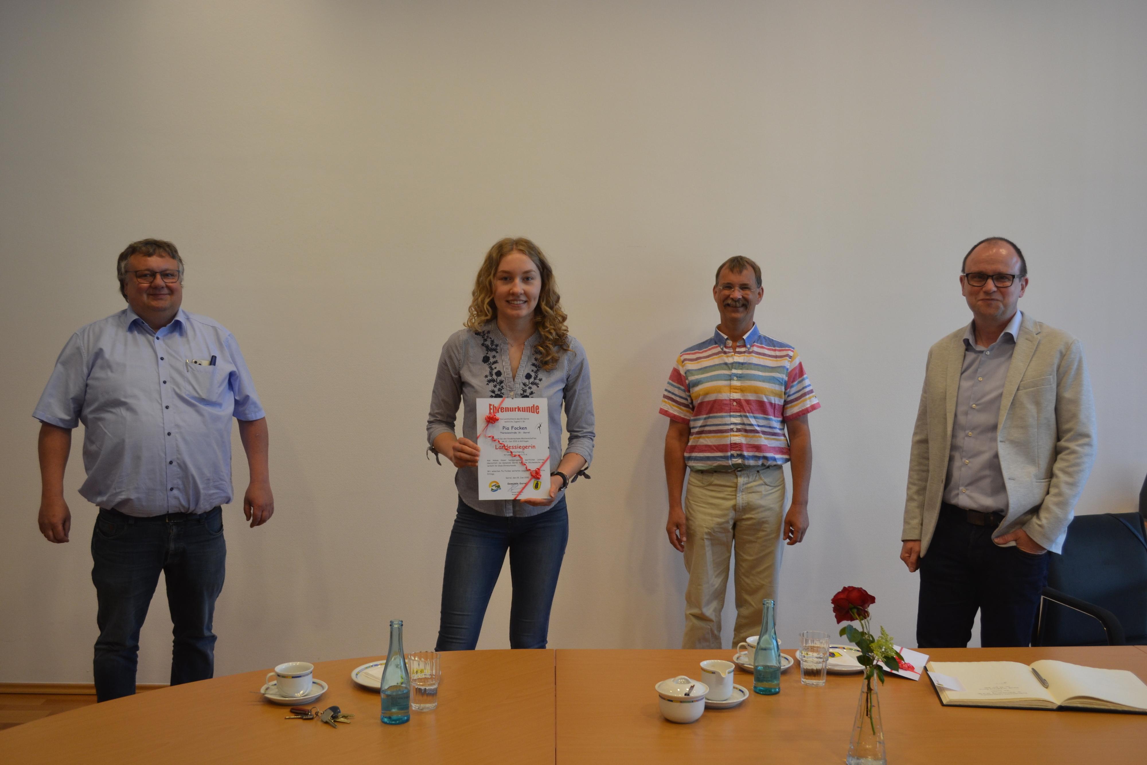 Verspätete Ehrung: Volker Hermann (links), Dr. Steffen Kosian (Dritter von links) und Thomas Höffmann (rechts) freuen sich mit Pia Focken über ihren Sieg bei der Landesmeisterschaft. Foto: Schrimper