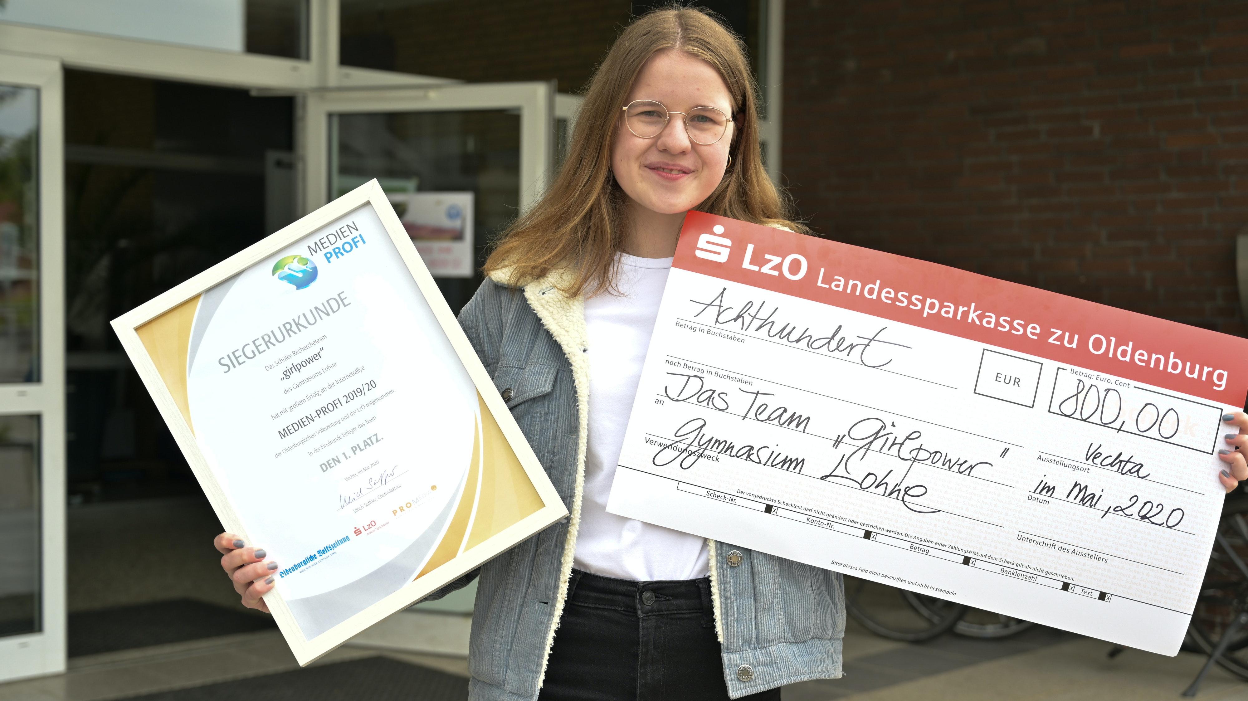 """Lea Wilmerdingaus dem Lohner Siegerteam """"Girlpower"""" präsentiert stolz Urkunde und Preisgeld-Scheck Foto: Duzat"""