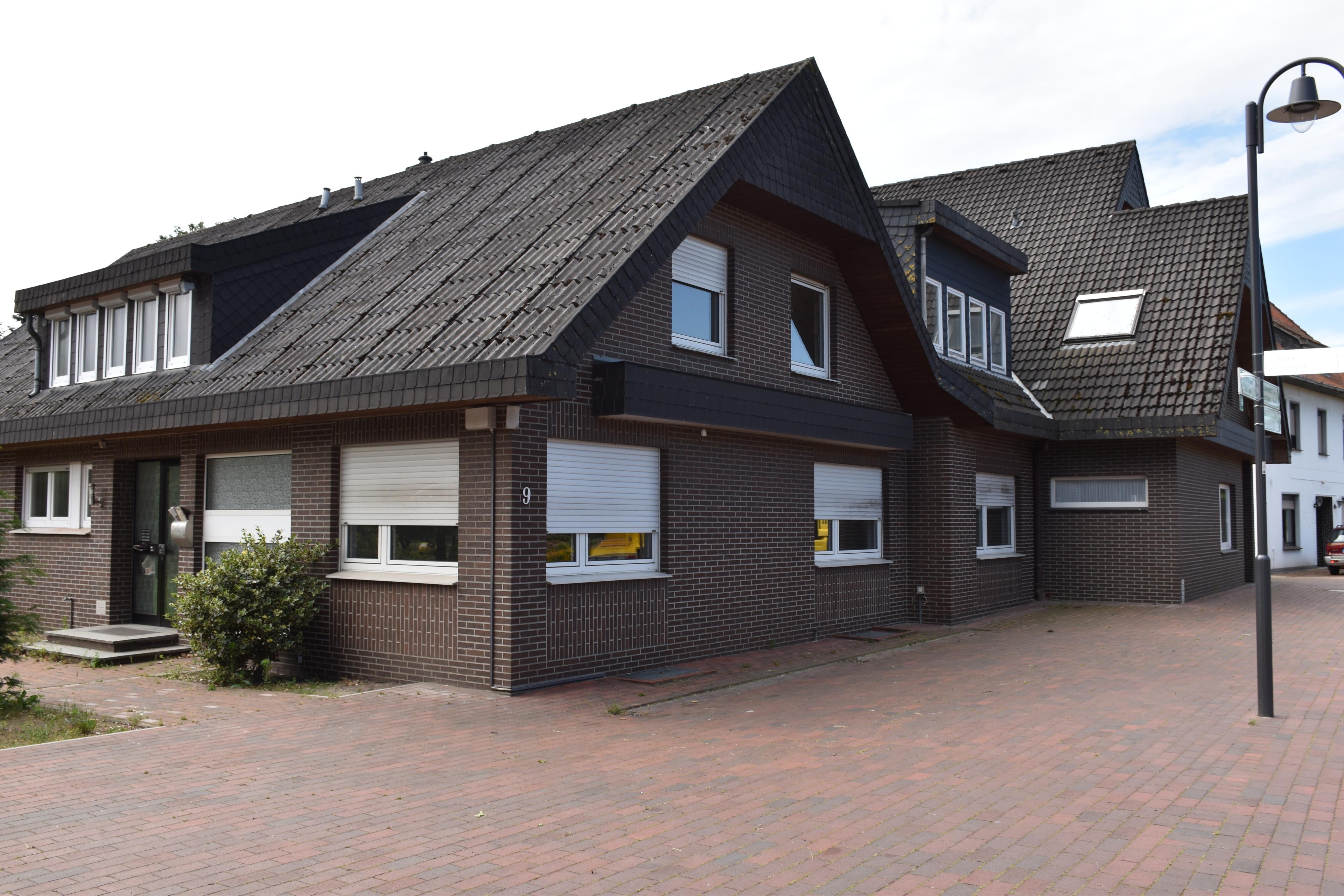 Sollen weichen: Pfarrhaus und Pfarrheim in Rechterfeld sollen für einen Neubau Platz machen. Foto: Ebert