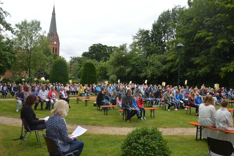 Abstand: Rund 250 Besucher feierten gemeinsam unter entsprechenden Sicherheitsbestimmungen das Patronatsfest. Foto: Landwehr