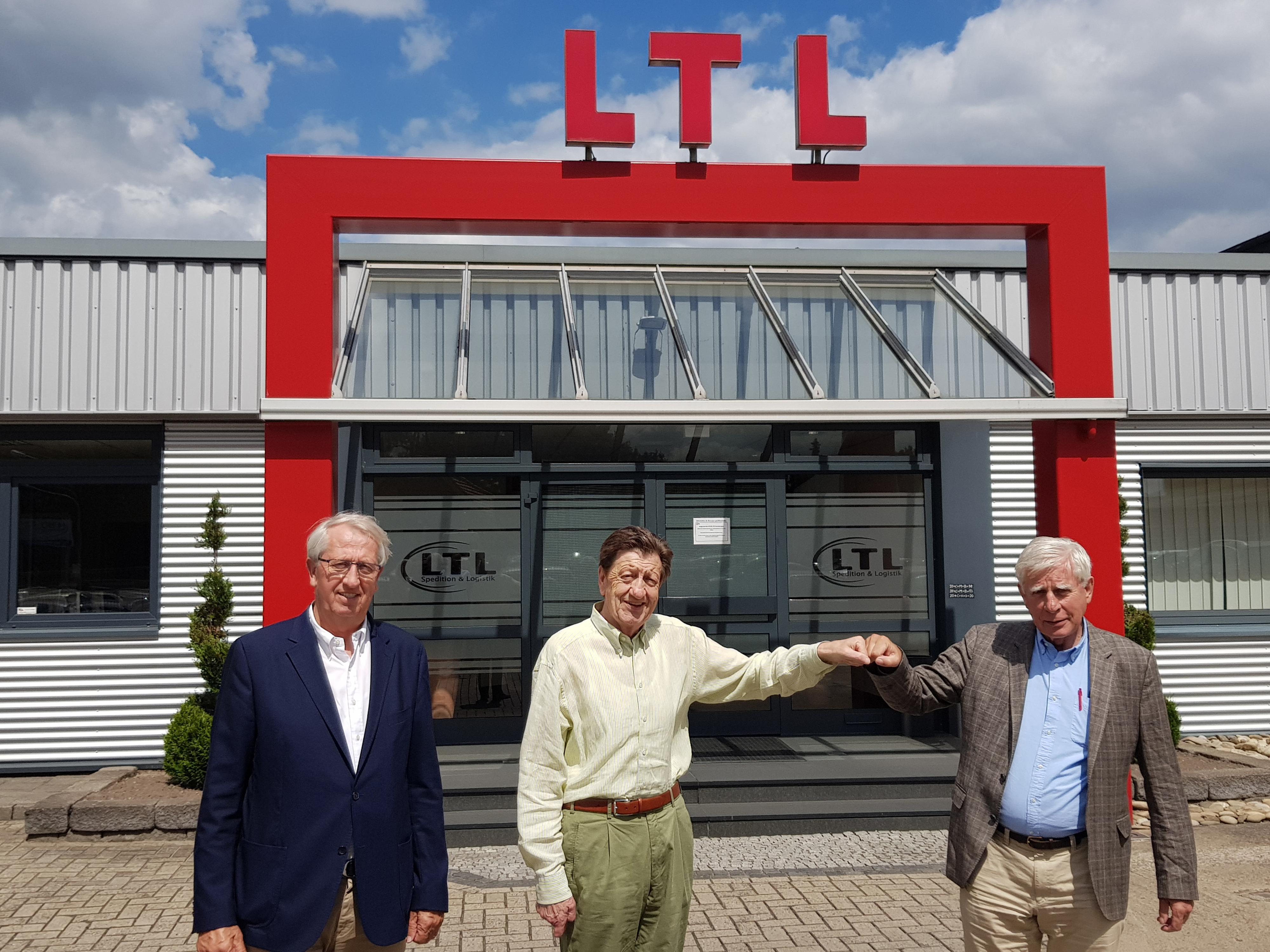 Sind sich einig: Ernst Nordlohne (Paul Schockemöhle Logistics), Manfred Arlinghaus (LTL – Lohner Transport Logistik) und Paul Schockemöhle. Foto: Schockemöhle