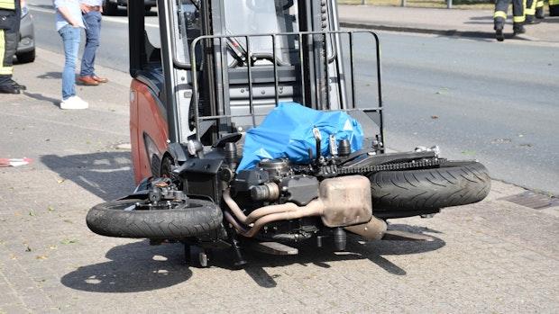 Motorrad-Fahrschüler stößt mit Pkw zusammen
