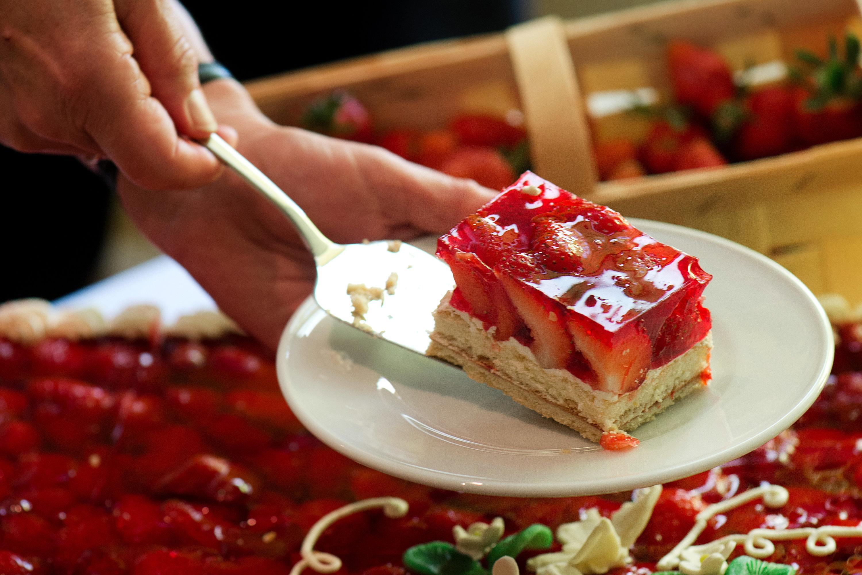 Glänzender Guss: Gelatine eignet sich gut für Obsttorten. Foto: dpa/Burg