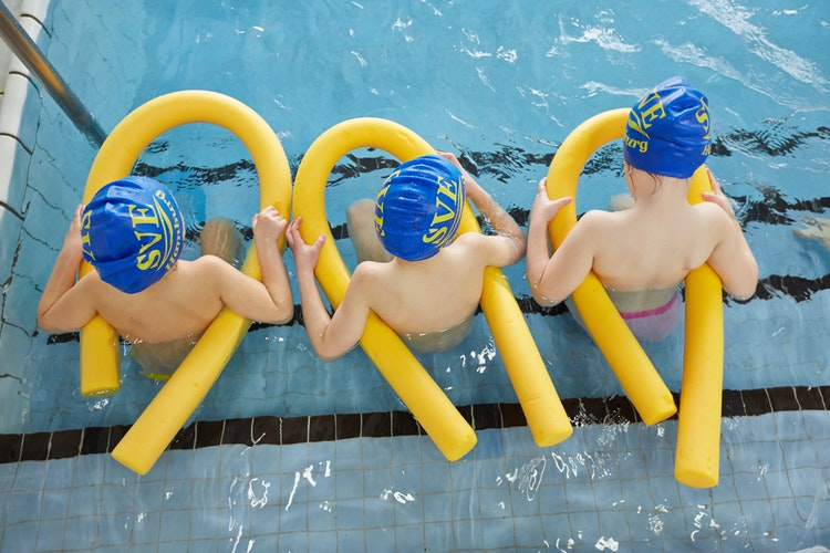 Immer gut aufpassen: Nicht nur wenn Kinder in den Freibädern planschen, auch wenn sie im heimischen Pool spielen sollte immer eine Aufsichtsperson vor Ort sein. Foto: dpa  Wendt