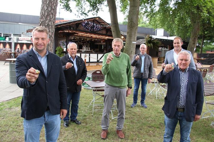 Bringen ihren Jubiläumssticker auf den Markt: Jürgen Meyer, Heinz Bokern, Karl-Heinz Wehry, Gerd Triphaus, Marvin Stratmann und Gustav Meyer (von links). Foto: Speckmann