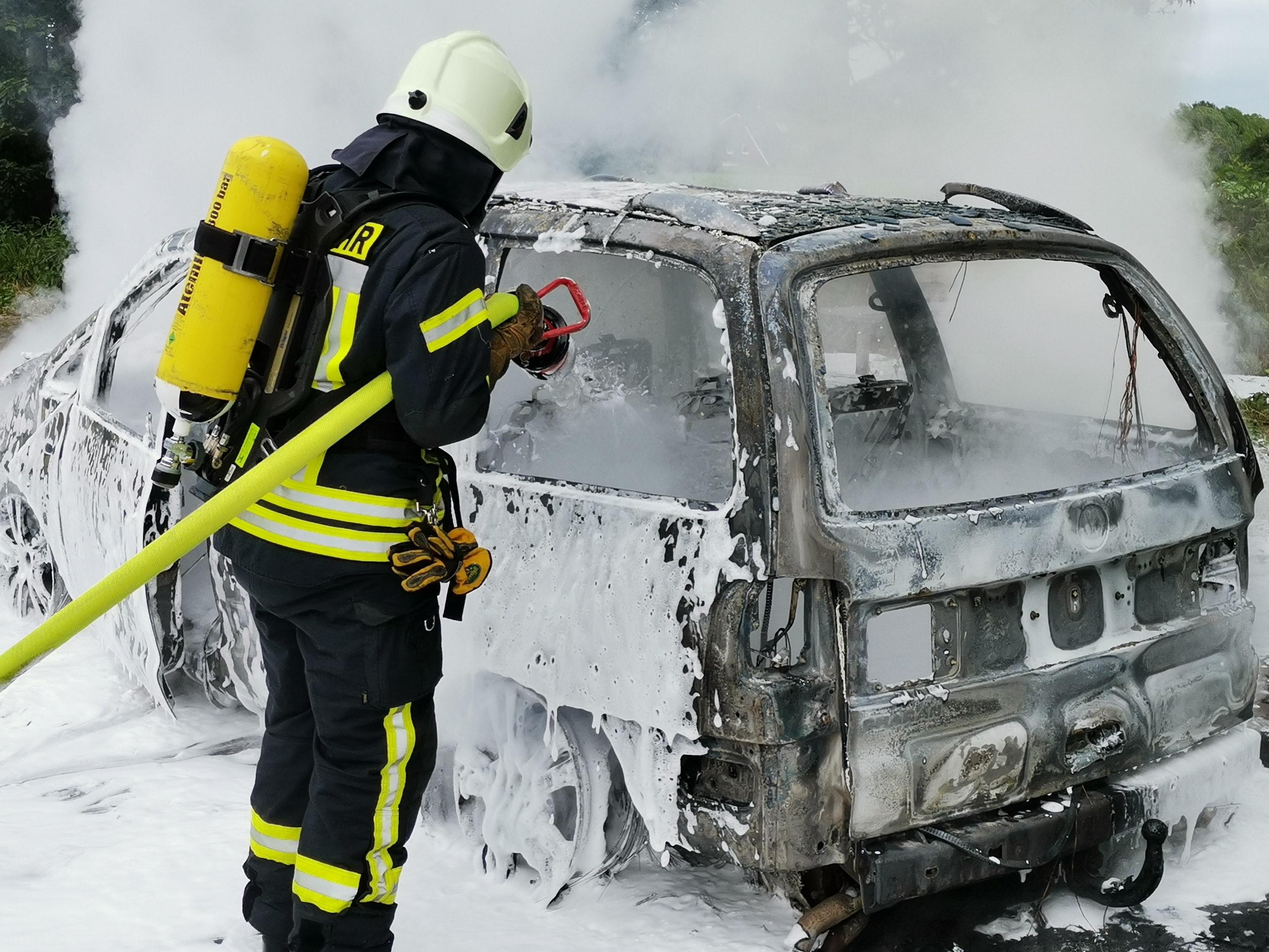 Opfer der Flammen: Der VW Sharan brannte auf einem Parkplatz an der B213 in Höhe Stapelfeld komplett aus. Foto: Feuerwehr CLP