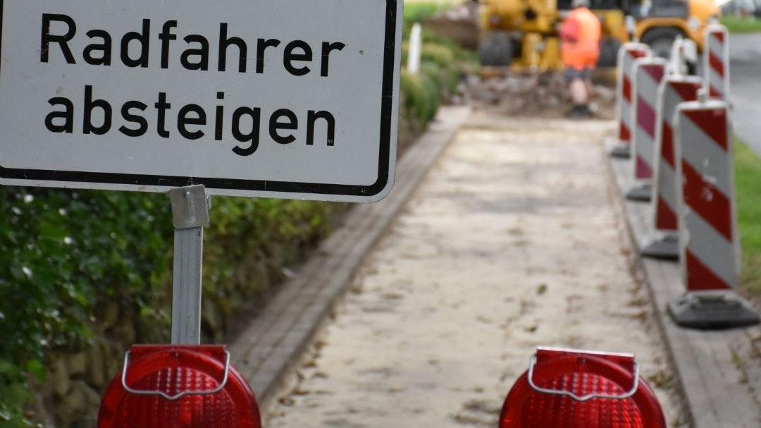Arbeiten gestartet: Seit knapp einer Woche saniert der Landkreis den Radweg an der Kroger Straße. Foto: Timphaus