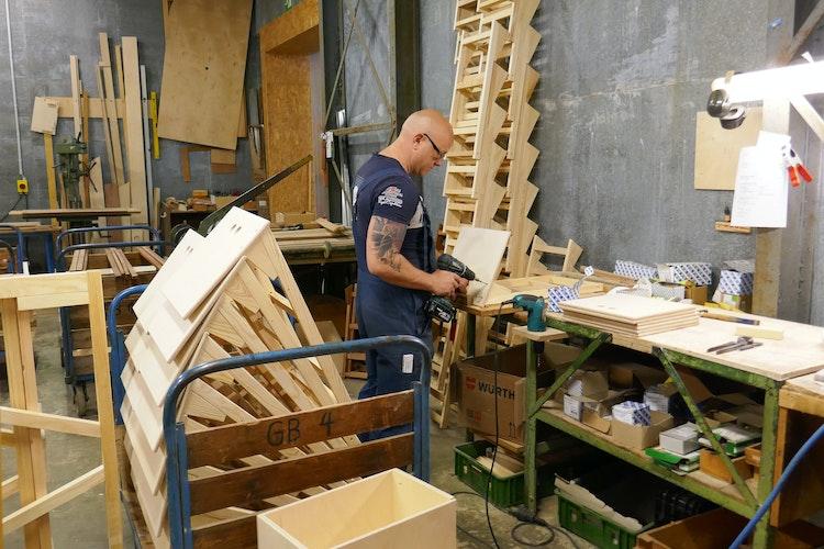 Flinker Flechter: Silvio Riedel schraubt Fußteile zusammen. Foto: dpaNohrden
