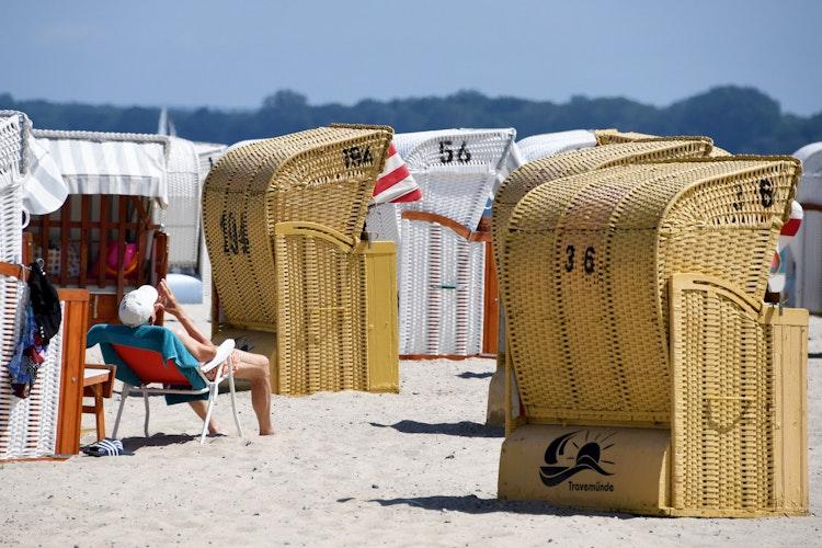 An der runden Haube erkennt man den Ostsee-Strandkorb - hier in Travemünde. Foto: dpaRehder