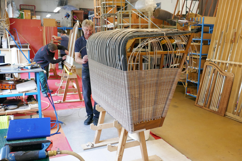 Ist schon lange dabei: Udo Marron arbeitet am Modell Sylt-Nordsee. Foto: dpa/Nohrden