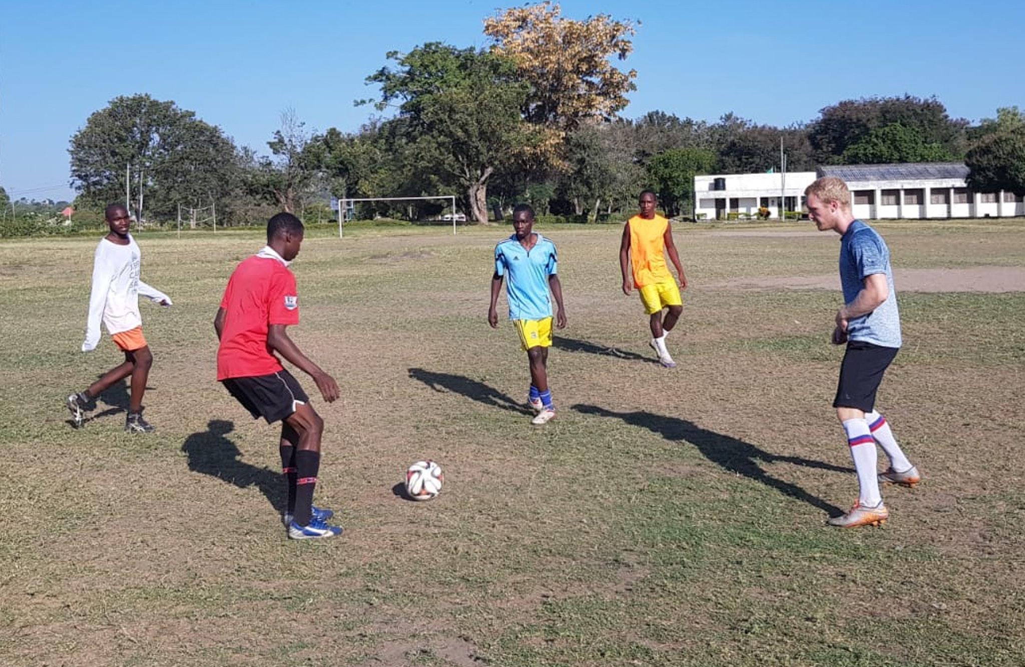 Fußballtraining in Tansania: Tim Jost war nach seiner Trainertätigkeit nochmals vor Ort. Foto: © Jost