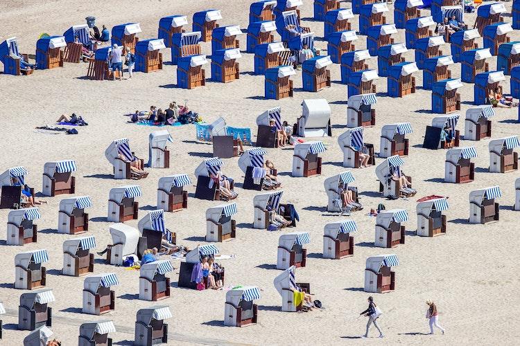Bei ihrem Anblick denken die meisten sofort an Badeurlaub: Strandkörbe an der Ostsee. Foto: dpaBüttner
