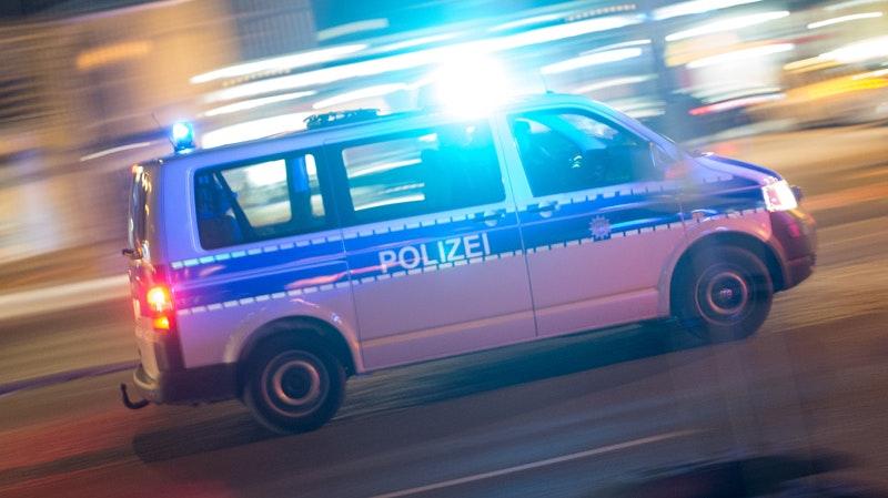 Einsatz an der Diepholzer Straße in Steinfeld: Zwei bis dato Unbekannte hatten am Donnerstag drei Steinfelder - mit Schlagwerkzeugen - zum Teil schwer verletzt. Foto: dpa